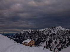 Die Lidernenhütte, im Hintergrund das Skigebiet Stoos