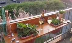 Des solutions pour dîner sur un petit balcon - Floriane Lemarié Balcony Planters, Balcony Bar, Balcony Railing, Balcony Garden, Balcony Grill, Tiny Balcony, Balcony Ideas, Deck Patio, Patio Bar