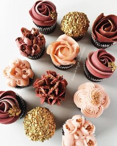 wedding cakes autumn Cupcakes with an autumn palette in burgundy, blush and gold by Sophia Mya Cupcakes! Gold Cupcakes, Flower Cupcakes, Autumn Cupcakes, Fall Wedding Cupcakes, Cupcakes Design, Cupcake Wedding, Autumn Wedding Cakes, Autumn Cake, Bridal Shower Cupcakes