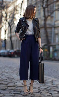 Street style look jaqueta couro, calça culotte, tee camiseta e  scarpin animal print.