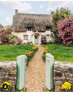The most beautiful thatched Cottage & Garden in Dorset🌸🍃📷 by : Fairytale Cottage, Storybook Cottage, Garden Cottage, Cottage Homes, Home And Garden, English Country Cottages, English Countryside, English Cottage Exterior, Cute Cottage