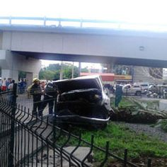 Una camioneta Pick Up cayó de la parte alta de la avenida Lázaro Cárdenas sobre Avenida Colón, impactándose con otro vehículo que circulaba en la parte de abajo. Reportero Ciudadano: Iván Alejandro Alba Reyna
