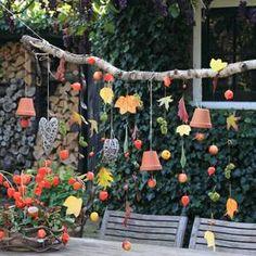 Herfstgordijn leuk met vogelvoer en andere decoratieve herfst dingetjes