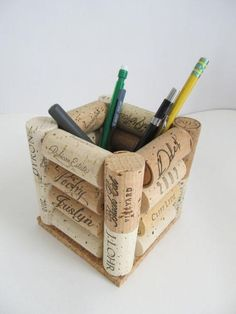 Here are the Diy Wine Cork Hacks. This post about Diy Wine Cork Hacks was posted under the Furniture category by our team at April 2019 at pm. Hope you enjoy it and don't forget to share this . Wine Craft, Wine Cork Crafts, Wine Bottle Crafts, Wine Cork Art, Wine Cork Projects, Wine Bottle Corks, Wine Decor, Diy And Crafts, Upcycled Crafts