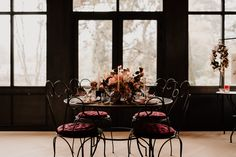 Table mariage automne or et bordeaux - automne wedding table gold and bordeaux Bordeaux, Decoration Table, Wedding Table, Oversized Mirror, Chandelier, Ceiling Lights, Lighting, Gold, Furniture