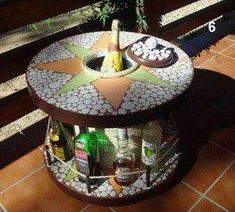 A cable reel minibar. Large Wooden Spools, Wooden Spool Tables, Wooden Cable Spools, Wire Spool, Pallet Tables, Cable Reel Table, Wooden Cable Reel, Easy Diy Projects, Wood Projects