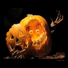 Carved Halloween Pumpkin Pumpkin Sculpting, Halloween 2018, Holidays Halloween, Halloween Design, Halloween Makeup, Carving Designs, Pumpkin Carvings, Amazing Pumpkin Carving, Halloween Pumpkins