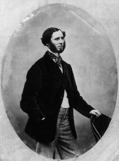 1860: A Victorian man with beard and sideburns wearing a velvet jacket and cravat. Photo: Hulton Archive, Getty Images / Hulton Archive