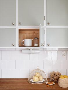 50s Kitchen, Updated Kitchen, Kitchen Dining, Kitchen Cabinet Styles, Kitchen Cabinets, Kitchen Backsplash, Home Kitchens, Sweet Home, House Design