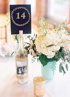 Tischnummer im Korken einer Flasche mit Jute-Banderole – wine bottle table number holder