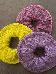 Crochet Hair Accessories, Crochet Hair Styles, Do It Yourself Projects, Projects To Try, Knitted Flowers, Scrunchies, Free Knitting, Diy Fashion, Mittens