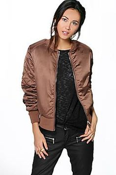 Chaqueta bomber  de mujer color marrón oscuro de Boohoo Wrap up in the latest coats and jackets and get out-there with your outerwearBreathe life into your new season layering with the latest coats and jackets from boohoo. Supersize your silhouette in a puffa jacket, stick to sporty styling with a bomber, or protect yourself from the elements in a plastic raincoat. For a more luxe layering piece, faux fur coats come in fondant shades and longline duster coats give your look an androgynous…