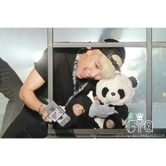 #BIGBANG's Seungri Panda with his baby Panda taking a #selfie !! Isn't he sweet? And Look at his cellphone case...omg! their own cute cartoons...