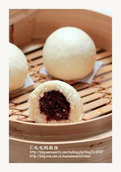 萱软-【奶香豆沙包】面团:  1:低筋面粉(Cake &Pastry flour) 1/2杯(70克),水1/4杯(58克),快速发酵粉(fast rising yeast)1/2茶匙;  2:低筋面粉(Cake &Pastry flour)1.5杯(200克),泡打粉(Baking Powder)1+3/4茶匙(我用Costco买的Fleishmann's无铝泡打粉),食用臭粉(Ammonium Carbonate)1/4茶匙;  3:牛奶1/4杯+1大匙(74克),炼乳1.5大匙(25克),奶粉1茶匙,糖1/3杯(70克),黄油(butter)或猪油1.5大匙(20克)室温软化; 面种:盆内放入1料里的面粉,快速发酵粉和水1/4杯拌匀后,放入面粉里,和成软面团,盖上保鲜膜室温过夜发酵10-12小时至面团有大孔状 将2料充分拌匀过筛放一盆里,发好的面种加3料里的糖,炼乳和牛奶拌匀(图5)后连同软化黄油倒入2料里,揉成油润的软面团(图6),醒5分钟。…