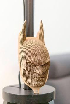 Te presentamos a Batman. Es una cabeza de cartón. El trofeo es un elemento maravilloso del diseño de interiores. La habitación da un carácter único.  Batman está hecha de cartón reciclado orgánico natural. La cabeza se embala en cajas de un plano, seguro. Cada paquete contiene una copia,