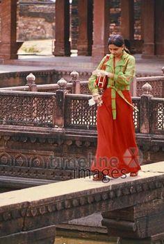 Junge Inderin auf Brücke, 1976 hwh089/Timeline Images #70er #70s #colorphotography #nostalgie #nostalgic #historisch #historical #vintage #retro #brücke #bridge #india #indien #frau #woman #spazieren #walk #walking #allein #alone #überqueren #cross Walking, Retro, Vintage, Fashion, Indian, Alone, Nostalgia, Guys, Woman
