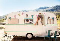 Alegre y colorida boda celebrada en un camping de Madrid {Foto, Patricia Murcia} #caravana #vintage #boda real
