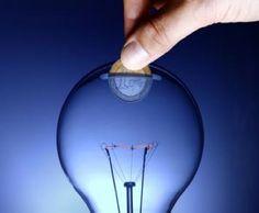 La nueva facturación del tramo variable de la energía eléctrica y la instalación de contadores digitales, en caso de que ya puedas disfrutar de él, te pueden permitir ahorrar unos cuantos euros si sabes gestionar dichas variables y adaptarlas a tus hábitos de consumo. ¿Quieres saber cómo? Te lo contamos a continuación…