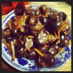 eat fried snails in China