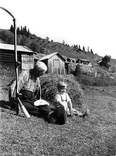 Nr. 31. Haugegarden, 1960. Sevat Brennehaugen og Arnfinn Breie. Utlånt av Torleiv Breie Black White Photos, Black And White, In 2015, Old Photos, Norway, Old Things, Life, Collection, Old Pictures