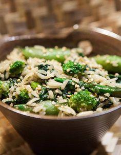 GREEN RICE....la nostra ricetta con pregiato riso thai jasmine saltato nella wok con mix di verdure croccanti, salsa di soia e semi di sesamo