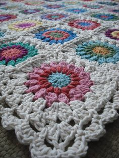 Purple Chair Crochet: Just Wow (Sunburst Granny is Finished!) ~ Love this blanket. Nice edging.