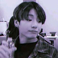 Jungkook Songs, Jungkook Abs, Jungkook Cute, Foto Jungkook, Foto Bts, Bts Memes Hilarious, Bts Funny Videos, Kim Taehyung Funny, Bts Taehyung