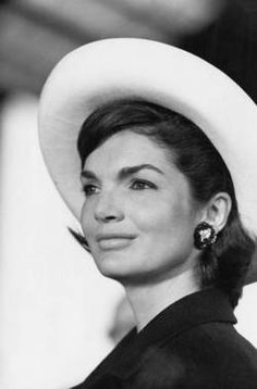 Elegant: Jacqueline Lee 'Jackie' Kennedy Onassis was the wife of the President of the United States, John F. Kennedy, and First Lady of the United States during his presidency from 1961 until his assassination in 1963 Jacqueline Kennedy Onassis, Estilo Jackie Kennedy, John Kennedy, Jaqueline Kennedy, Les Kennedy, Carolyn Bessette Kennedy, Jacklyn Kennedy, Jackie O's, Divas