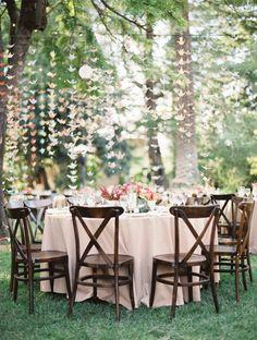 Sillas de madera para decorar en bodas: Ideas geniales para utilizar sillas de madera como elemento decorativo en vuestra boda.