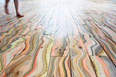 O artista Pernille Snedker Hansen, do Snedker Studio em Copenhagen, cria padrões marmorizados coloridos em tábuas de madeira nórdica. Uma a uma, cada peça é mergulhada em um banho de mármore criado com gotas de tinta da paleta de cores desejada.