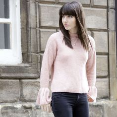 Pull rose à manches cloche + jean noir >> http://www.taaora.fr/blog/post/pull-tendance-rose-clair-avec-manches-cloche-jean-slim-noir #look #outfit #streetstyle #ootd