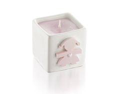 Candela bimba in cubo di ceramica 5x5 cm con sagoma in gesso profumato applicata placca in argento grande e 5 confetti.