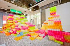 30,000枚のポスト・イットで作った蛍光タワーのポップに目が眩む