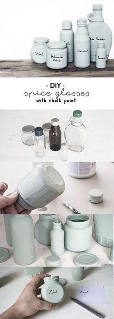 DIY Upcycling Idee: So macht ihr aus leeren Glasgefäßen wie Konservengläser, Kosmetikflaschen und anderen Gläsern eine tolle Aufbewahrung für die Küche für eure Gewürze! Ihr braucht dazu nur Kreidefarbe und etwas Geschick im Handlettering - schon habt ihr eine tolle Do it yourself Aufbewahrung! | kreative Anleitung | Tutorial | selbstgemacht | Chalk paint | mint | grün | nachhaltig | Recycling | Gewürzglas | Kochen | spice glasses, upcycled with mint coloured chalk paint
