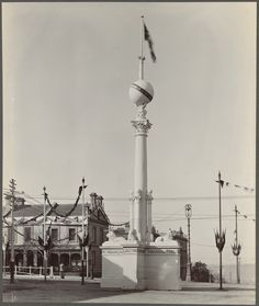 SE corner of Collins and Exhibition Sts #Melbourne with The Manufacturers' Column, erected by the Victorian Chamber of Commerce as one of many street decorations (all bursting with Imperial imagery) to commemorate Australian Federation in 1901. 1850s residences demolished 1917 for Lister House (whole block including Astoria Hotel at Flinders La then demolished mid 1970s for Collins Place). This section of Exhibition St Collins-Flinders was actually known as Collins Place until 1963. Melbourne Architecture, Astoria Hotel, Historic Houses, Chamber Of Commerce, Victoria Australia, Historical Pictures, Cutaway, Arches, 1970s