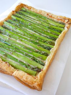 Asparagus tart...just in time for my gardens bounty.  YUMhttp://shopgirlmaria.blogspot.com/2012/04/asparagus-tart.html
