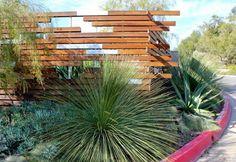 Clôture de planches posées d'une manière asimètrique