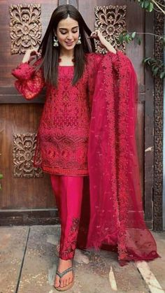 latest style of pakistani salwar kameez to change your style- be fashionable Types of pakistani salwar kameez accordingly to your body shapes, what wear and what to avoid according to your body type. make people fall for you Pakistani Fashion Casual, Pakistani Dresses Casual, Pakistani Bridal Dresses, Pakistani Dress Design, Pakistani Salwar Kameez Designs, Beautiful Pakistani Dresses, Wedding Salwar Suits, Salwar Suits Party Wear, Pakistani Party Wear