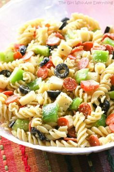 Pizza Pasta Salad has all the flavors of a delicious pizza. Mini pepperoni, olives, green bell pepper, cubes of cheese, tomato! Easy Pasta Salad Recipe, Best Pasta Salad, Easy Salad Recipes, Pasta Recipes, Cooking Recipes, Healthy Recipes, Delicious Recipes, Dinner Recipes, Pizza Pasta Salads