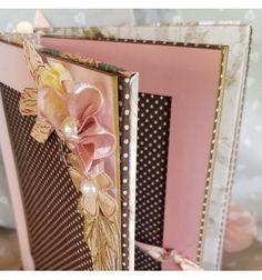 Un album tout doux et tendre pour y glisser vos photos de famille. Un écrin de tendresse pour des moments à immortaliser dans des teintes beiges, marron, vieux rose et rose poudré. A prévoir : 12 photos verticales.