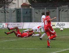 #samb vs #ancona. Calcio di rigore per l'#ancona. Michael Traini viene atterrato da Carminucci. Dagli 11 metri l'hombre di Capital Federal, Emiliano Olcese, non sbaglia. E' 2 a 2.