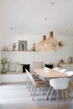 Get inspired by these dining room decor ideas! From dining room furniture ideas, dining room lighting inspirations and the best dining room decor inspirations, you'll find everything here! Living Room Interior, Living Room Decor, Decor Room, Dining Decor, Dining Tables, White Dining Chairs, Room Decorations, Banquette Table, Table Chaise