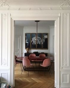 26 отметок «Нравится», 2 комментариев — the sage (@sagelifestyle_) в Instagram: «Picture perfect Pink @gubiofficial chairs • inspiration • Photo via Pinterest»