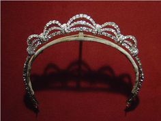 Princess Grace's small scroll tiara (Cartier?). Royal Crown Jewels, Royal Crowns, Royal Tiaras, Royal Jewelry, Tiaras And Crowns, Vintage Jewelry, Silver Jewelry, Princess Grace Kelly, Princess Stephanie