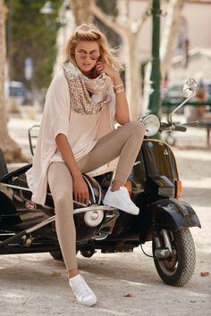 """Zu ergänzen wäre """"unten kurz"""" – so fällt der Blick gekonnt auf die lang wirkenden Beine. #rosa #shirt #strickhose #white"""