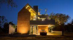 An Exposed Brick Front Elevation Gives the Villa an Evergreen Look Brick Masonry, Brick Facade, Facade House, Front Elevation Designs, House Elevation, Modern Tree House, Terra, Exposed Brick, Architect Design
