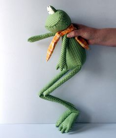 Green Polka Dot Frog stuffed toy by andreavida on Etsy Sewing Toys, Baby Sewing, Fabric Toys, Fabric Crafts, Tilda Toy, Frog Crafts, Fabric Animals, Cute Stuffed Animals, Bear Doll