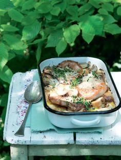 Skvělé jídlo i pro sváteční příležitosti, jehož příprava nevyžaduje skoro žádný čas ani kuchařskou zdatnost. Suroviny prostě navrstvíte do pekáče, ten strčíte do trouby a za hodinu jíte. Potato Salad, Potatoes, Traditional, Meat, Chicken, Cooking, Ethnic Recipes, Kitchen, Potato