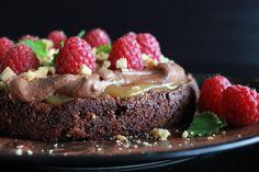 Denne sjokoladekaken har en seig bunn som en brownie, og den er fylt med hakket hvit sjokolade, toppet med karamell, sjokoladekrem og stekt hvit sjokolade. Mye sjokolade på en gang = mektig men godt.