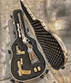 Zombie Weapons That People Really Obsessed With - That is all speculation. I haven't held it's place in a zombie apocalypse, nor am I a professio - Weapons Guns, Guns And Ammo, Zombie Weapons, Zombie Apocalypse, Armas Airsoft, Armas Wallpaper, Pretty Knives, Gun Cases, Military Guns